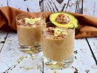 Смути с авокадо, бадемово мляко, банан, какао и мед